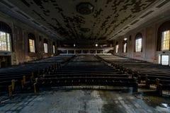 Teatr, audytorium/Pennsylwania - Zaniechana Laurelton szkoła państwowa, szpital & - zdjęcie stock