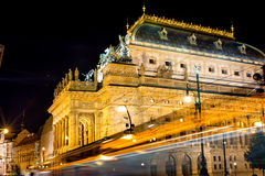 Teatr Narodowy w Praga przez światła ruchu wlec, widok fr Zdjęcie Stock