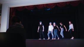 Teatr scena Ludzie Tanczy na scenie zbiory