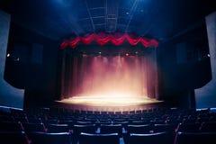 Teatr zasłona z dramatycznym oświetleniem obrazy royalty free