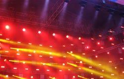 Teatralnie scena w promieniach czerwoni i żółci światła reflektorów ilustracja wektor