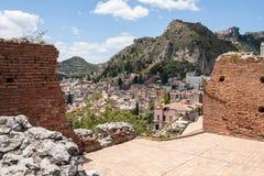 Teatro二陶尔米纳在背景中,西西里岛,意大利废墟与老镇的 库存图片