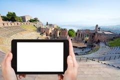 Teatro格雷科,陶尔米纳的旅游照片 免版税图库摄影