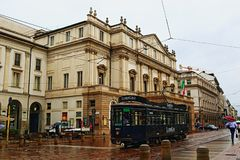 Teatro alla Scala i piazza della Scala deszczowy dzień przeglądamy Mediolańskiego miasto Włochy obrazy stock