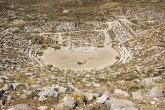 Teatro antigo da ilha de Delos no arquipélago de Cyclades Imagens de Stock Royalty Free