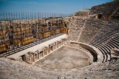 Teatro arruinado antigo em Turquia fotos de stock