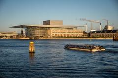 Teatro da ópera de Copenhaga no porto dinamarca fotos de stock royalty free