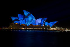 Teatro da ópera de iluminação luminoso creativo de Sydney fotos de stock royalty free