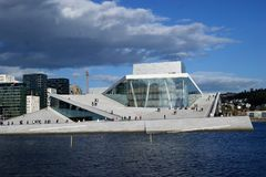 Teatro da ópera de Oslo visto através da água Foto de Stock