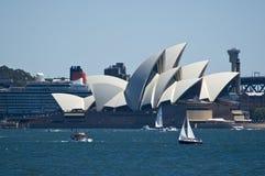 Teatro da ópera de Sydney com o navio de cruzeiros da rainha victoria Fotografia de Stock Royalty Free