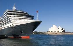 Teatro da ópera de Sydney do navio de cruzeiros da rainha Victoria imagem de stock
