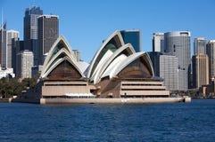Teatro da ópera de Sydney em Austrália com a cidade Fotografia de Stock