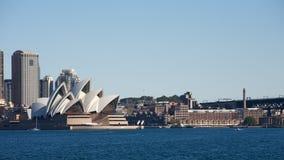 Teatro da ópera de Sydney em Austrália com a cidade fotos de stock royalty free