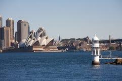 Teatro da ópera de Sydney em Austrália com a cidade fotografia de stock royalty free