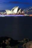 Teatro da ópera de Sydney na noite. imagem de stock royalty free