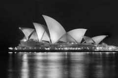 Teatro da ópera de Sydney na noite foto de stock