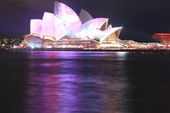 Teatro da ópera de Sydney na noite fotografia de stock