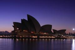 Teatro da ópera de Sydney no alvorecer. Imagem de Stock