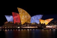 Teatro da ópera de Sydney sob luzes do festival. imagem de stock