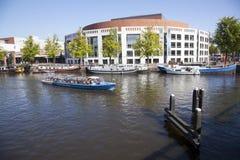 Teatro da ópera e barcos no rio do amstel Imagem de Stock