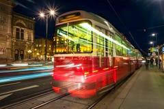 Teatro da ópera iluminado em Viena, em Áustria e em bonde foto de stock royalty free