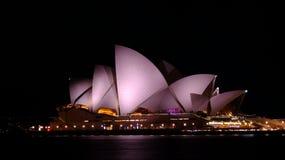 Teatro da ópera na noite em Sydney fotos de stock royalty free