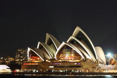 Teatro da ópera vibrante de Sydney na noite Fotos de Stock Royalty Free
