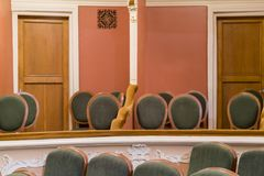 Teatro da poltrona Assentos clássicos do teatro profundamente Cama do teatro foto de stock