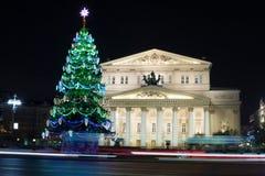 Teatro de Bolshoi y árbol de navidad iluminado Foto de archivo