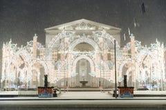 Teatro de Bolshoi y decoraciones de la Navidad en Año Nuevo durante nevadas en la noche Foto de archivo
