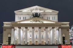 Teatro de Bolshoi y decoraciones de la Navidad en Año Nuevo durante nevadas en la noche Imagen de archivo libre de regalías
