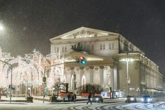 Teatro de Bolshoi y decoraciones de la Navidad en Año Nuevo durante nevadas en la noche Foto de archivo libre de regalías