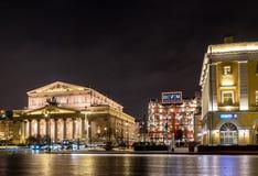 Teatro de Bolshoi y grandes almacenes de TSUM en la noche foto de archivo libre de regalías
