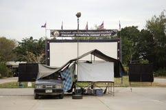 Teatro de filmes exterior do cinema para povos da mostra no campo de jogos Fotografia de Stock