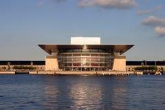 Teatro de la ópera, Copenhague< Denmark=''></t5710670>  <d5710670><p>Edificio moderno del teatro de la ópera situado en el capital Foto de archivo