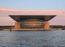 Teatro de la ópera de Copenhague en luz de la puesta del sol imagenes de archivo