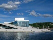 Teatro de la ópera de Oslo en Noruega imagenes de archivo