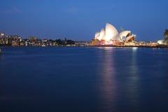 Teatro de la ópera de Sydney con el horizonte de Kirribilli Foto de archivo libre de regalías