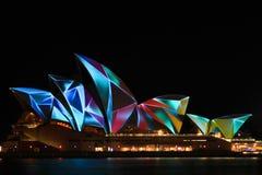 Teatro de la ópera de Sydney en color ligero vivo del festival Imagen de archivo libre de regalías