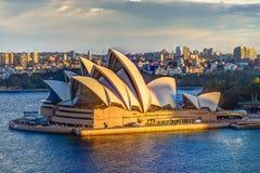 Teatro de la ópera de Sydney en la puesta del sol imagen de archivo