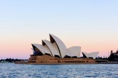 Teatro de la ópera de Sydney en la puesta del sol Imagenes de archivo