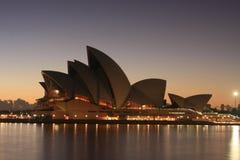 Teatro de la ópera de Sydney en la salida del sol. Fotografía de archivo libre de regalías