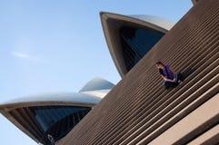 Teatro de la ópera de Sydney y mujer joven Imagenes de archivo