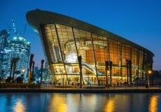 Teatro de la ópera de Dubai en la noche fotos de archivo libres de regalías