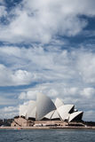 Teatro de la ópera en cielo azul. Foto de archivo