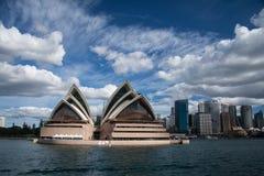 Teatro de la ópera en cielo azul. imágenes de archivo libres de regalías