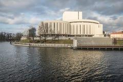 Teatro de la ópera en el banco del río en Bydgoszcz, Polonia Imagen de archivo