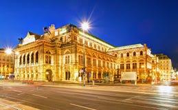 Teatro de la ópera en la noche, Austria del estado de s de Viena ' fotografía de archivo