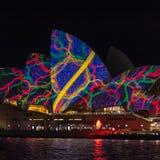 Teatro de la ópera encendido para arriba en la noche con el modelo hermoso en el festival ligero vivo - proyecciones sobre las v foto de archivo libre de regalías