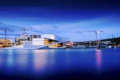 Teatro de la ópera nacional de Oslo en la puesta del sol el 27 de julio de 2016 El teatro de la ópera de Oslo fue abierto el 12 d Imágenes de archivo libres de regalías